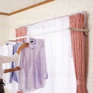 カーテンの外側に設置するタイプは、干したままカーテンを閉じることができるので夜でも干せます。