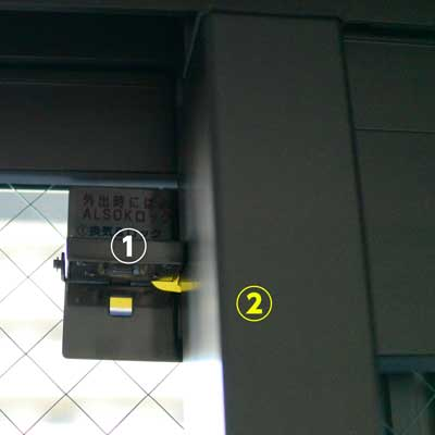 片方だけ解除すると、窓を空かせてロックすることができます。